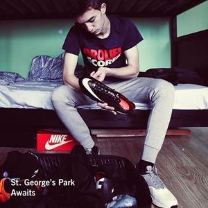 Спортивная обувь и одежда от Nike и Adidas.